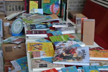 Kistenweise Bücher an die Grundschulen übergeben